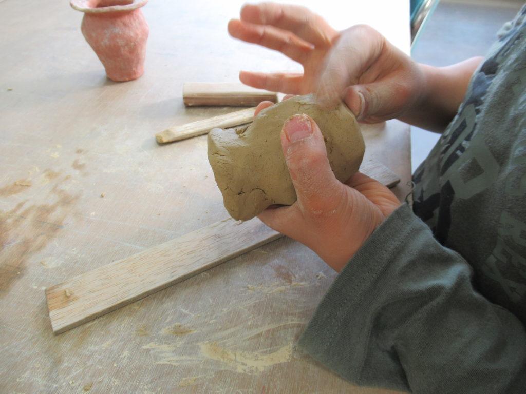 発掘ふれあい館で土器を作っているところ