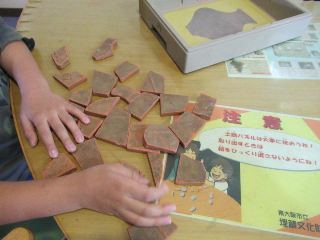 発掘ふれあい館で土器パズル
