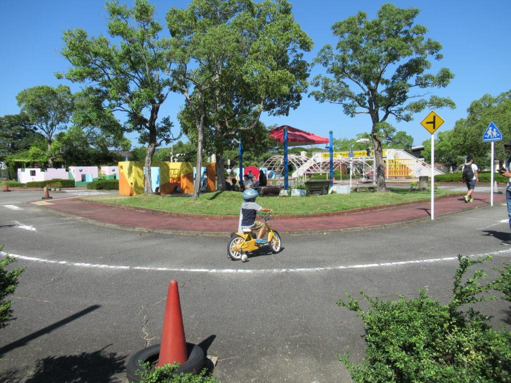 和歌山交通公園で自転車に乗る子供