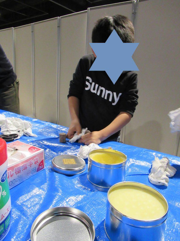 ナレッジキャピタル ワークショップフェスのマグネット作りで蜜蝋塗り