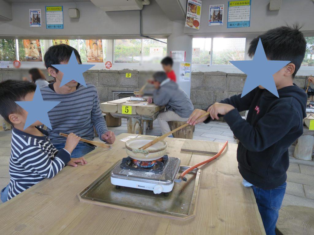 赤穂市立海洋科学館で塩づくり体験