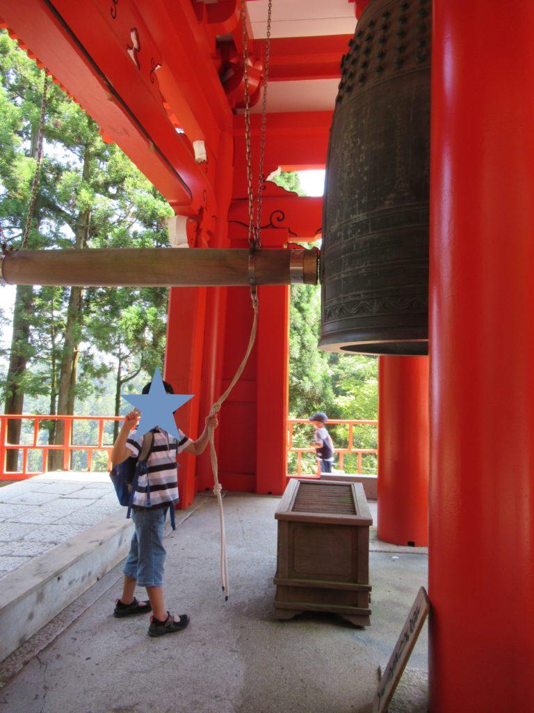 比叡山延暦寺の開運の鐘をならす