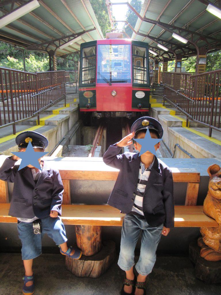 ケーブル坂本駅で制服を着て記念撮影