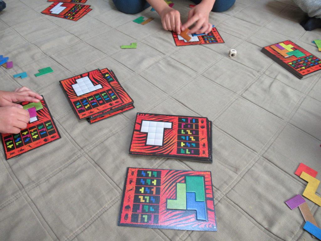 ボードゲーム「ウボンゴ」で遊んでいるところ