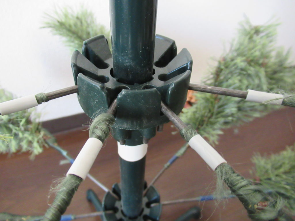 スタジオクリップのクリスマスツリー組み立て中